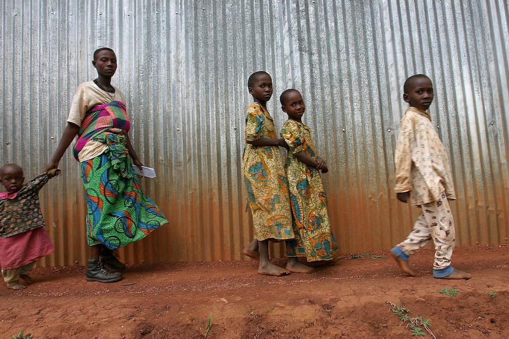 Burundian refugees seen at the transit center of Mugani. @ Martine Perret. 14 July 2005