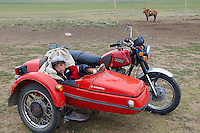 Mongolie. Province de Tov. Enfant dans un side-car. // Mongolia. Tov province. Children on the side-car motorcycle.