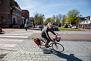In Zeist rijden fietsers door het centrum.<br /> <br /> Cyclists in the city center of Zeist.