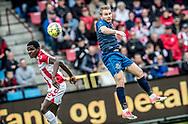 FODBOLD: Anders Holst (FC Helsingør) header forbi Robert Kakeeto (AaB) under kampen i ALKA Superligaen mellem AaB og FC Helsingør den 15. oktober 2017 på Aalborg Stadion. Foto: Claus Birch