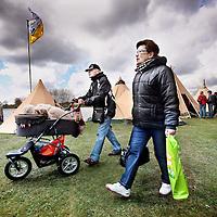 Nederland,Ouderkerk aan de Amstel,.De ANWB Kampeerdagen vinden plaats bij de Ouderkerkerplas, centraal in het land. Met ongeveer 150 deelnemers en exposanten krijgen de bezoekers een compleet, aantrekkelijk en afwisselend aanbod van kampeerproducten en diensten gepresenteerd. Het sfeervolle evenement is overzichtelijk ingedeeld op productgroep..Drie hondjes worden vervoerd in een kinderwagen. Foto:Jean-Pierre Jans