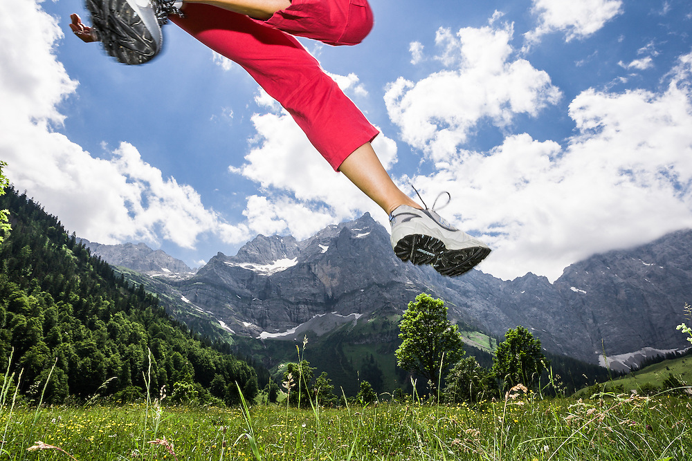 junge Frau in roter Jogginghose springt auf Wiese, Eng, Ahornboden, Karwendel-Gebirge, Tirol, Österreich * jogger girl jumps on meadow, Eng, Ahornboden, Karwendel mountains, Tirol, Austria