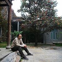 BEIJING, OCT. 22: Kuenstler Shao Fan in seinem Anwesen, das eine moderne Version eines alten Chinesischen Hofes ist.