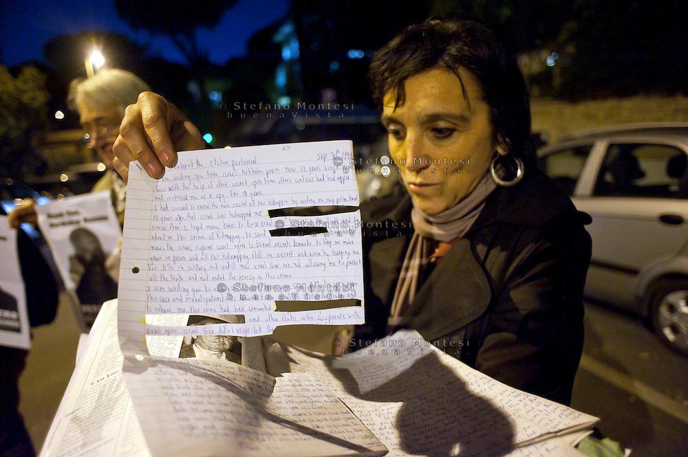 Roma 15 Novembre 2011.Pacifisti manifestano nei pressi dell'Ambasciata Israeliana, contro Israele e le testate nucleari che detiene e  per le minacce contro l'Iran. I manifestanti chiedono che  Mordechai Vanunu,l'ingegnere nucleare che svelo' al mondo l'armamento nucleare israeliano possa lasciare  lo stato d'Israele, cosa che gli è vietata..Le lettere scritte da Mordechai Vanunu hai pacifisti e cenurate dagli israeliani