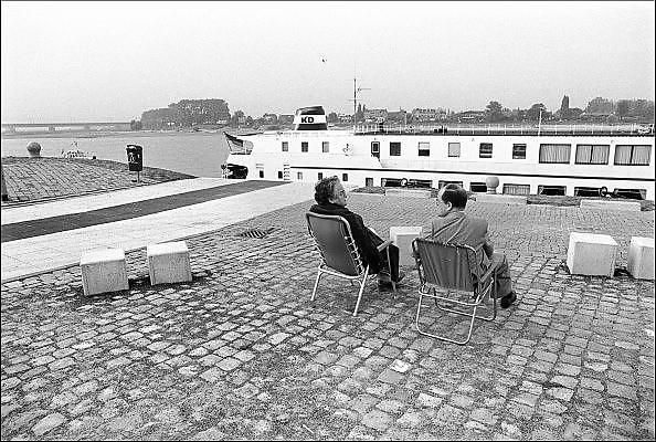 Nederland, Nijmegen, 10-10-1986Serie beelden over het wonen en sociale woningbouw in verschillende wijken van de stad. De benedenstad was sterk verwaarloosd en verkrot, veel kaalslag. Herbouw met nieuwe sociale huurwoningen vind plaats rond 1980. Enkele oude panden konden nog gered en gerenoveerd worden. Daar kwamen veelal appartementen. De Waalkade werd ook vernieuwd en er kwam een casino.In het kader van stadsvernieuwing en renovatie van buurten gemaakt.FOTO: FLIP FRANSSEN/ HH
