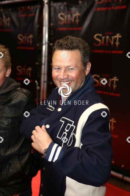 AMSTERDAM - De film Sint van regisseur Dick Maas gaat woensdag in het Muziektheater in Amsterdam in premiere. Met op de foto Joost Buitenweg en zijn zoon. FOTO LEVIN DEN BOER - PERSFOTO.NU
