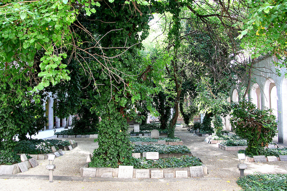 The cemetery is located in the back yard of the Heroes' Temple, enclosed by the Jewish Museum and the Dohany synagogue