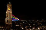 Met laserstralen wordt het Utrechtse universiteitsterrein De Uithof verbonden met de Domtoren. Het lichtkunstwerk, Sol lumen geheten, is onderdeel van de festiviteiten van het 375-jarig bestaan van de Universiteit Utrecht.