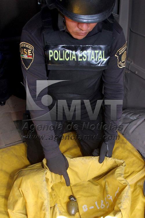 ATIZAPAN DE ZARAGOZA, Mex.- En un cami&oacute;n de transporte p&uacute;blico de Atizap&aacute;n de Zaragoza se encontr&oacute; una granada, fuerzas especiales de la ASE  acudieron a recoger el artefacto explosivo, mientras laboraban fue acordonada el &aacute;rea para evitar alg&uacute;n accidente. Agencia MVT / Juan Garc&iacute;a. (DIGITAL)<br /> <br /> NO ARCHIVAR - NO ARCHIVE