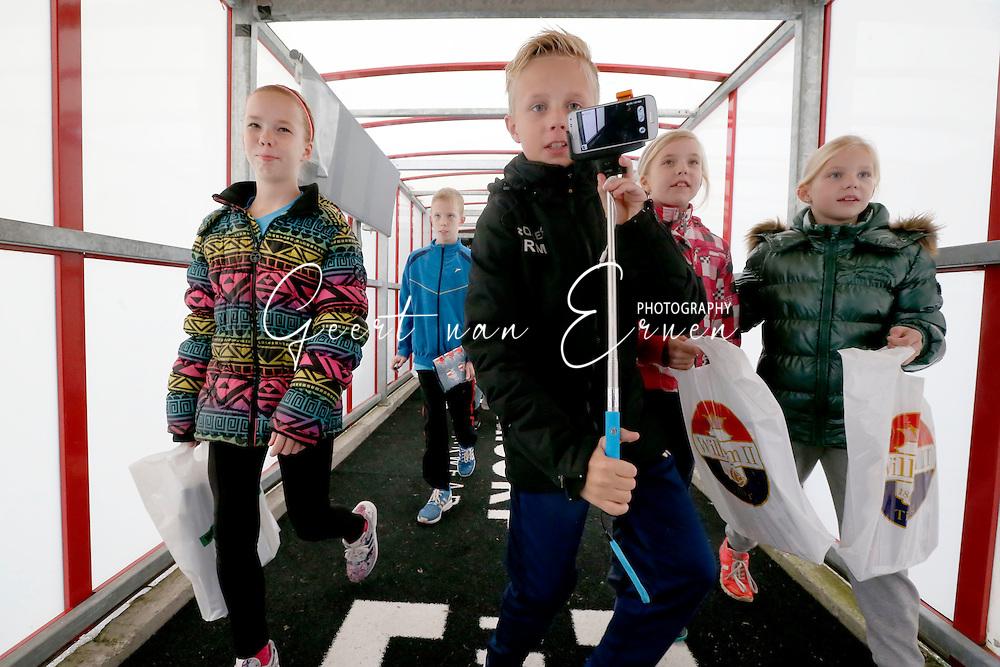 26-10-2016 VOETBAL:KINGO FANPAGE:TILBURG<br /> Jonge supporters van Willem II in de spelerstunnel<br /> Foto: Geert van Erven