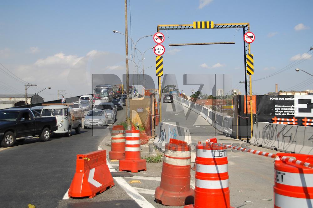 SAO PAULO, SP, 30 DE JANEIRO 2012 - LIBERACAO PARCIAL PONTE POMPEIA - O Viaduto Pompeia, na zona oeste de São Paulo, é liberado parcialmente a partir de hoje (30). Duas faixas serão operacionalizadas em diferentes horários e sentidos para a circulação de carros e motos. Os caminhões e os ônibus não poderão circular pelo viaduto. A pista do Viaduto Pompeia, sentido centro, está liberada para a circulação de automóveis e motocicletas. As duas faixas de rolamento estarão liberadas das 6 horas às 17 horas, no sentido centro (Marginal Tietê/Pompeia) e, das 17 horas às 22 horas, no sentido bairro (Pompeia/Marginal Tietê). Entre 22 horas e 6 horas, o Viaduto Pompeia permanecerá totalmente interditado para a passagem dos veículos. A medida tem como objetivo melhorar as condições de circulação e fluidez no local, além de proporcionar o acesso dos veículos que saem dos bairros em direção ao centro e vice-versa. Segundo a Companhia de Engenharia de Tráfego (CET), a pista no sentido bairro permanecerá interditada ao tráfego. (FOTO: RENATO SILVESTRE - NEWS FREE).