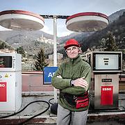 il gestore di un piccolo distributore di benzina in montagna