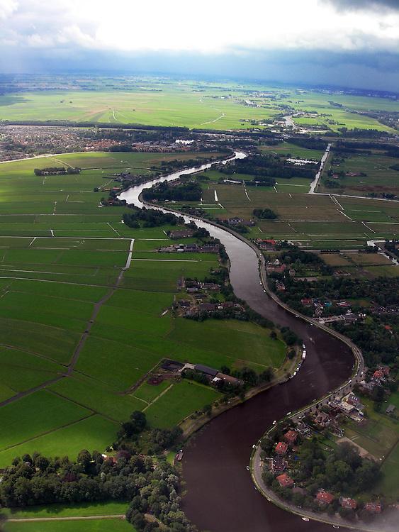 EN&gt; A large canal across the polder in north Holland.<br /> SP&gt; Un canal cruza el p&oacute;lder en la provincia de Holanda del Norte.