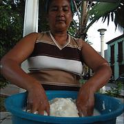 REPORTAJE DEL ESTADO SUCRE<br /> Photography by Aaron Sosa<br /> Vendedora de Empanadas<br /> Carupano, Estado Sucre - Venezuela 2007<br /> (Copyright © Aaron Sosa)