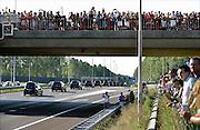Nederland, Eindhoven,23-7-2014Publiek langs de snelweg A2 bij Best als de stoet, colonne, rouwwagens, lijkwagens, met de slachtoffers van de vliegramp in Oekraine langskomt.The arrival of corpses, remains, of the victims of flight MH17 which was shot down over Ukraine in Holland. People gathered on bridges and crossings to pay respect to them when passing by.FOTO: FLIP FRANSSEN/ HOLLANDSE HOOGTE