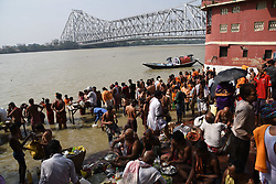 October 8, 2018 - Kolkata, West Bengal, India - Indian  Hindu devotees perform 'Tarpan' rituals to pay obeisance to their forefathers on the last day of 'Pitru Paksha', or days for offering prayers to ancestors, on the banks of the River Ganges in Kolkata city  on October 8, 2018,India. (Credit Image: © Debajyoti Chakraborty/NurPhoto via ZUMA Press)