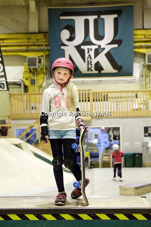 Trollh&auml;ttan 2015 03 14 Innovatum<br /> Innomhus skateparken liten tjej &aring;ker Skateboard<br /> <br /> <br /> ----<br /> FOTO : JOACHIM NYWALL KOD 0708840825_1<br /> COPYRIGHT JOACHIM NYWALL<br /> <br /> ***BETALBILD***<br /> Redovisas till <br /> NYWALL MEDIA AB<br /> Strandgatan 30<br /> 461 31 Trollh&auml;ttan<br /> Prislista enl BLF , om inget annat avtalas.