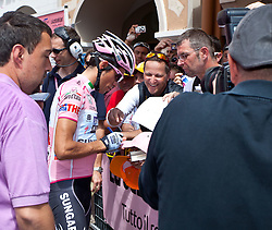 21.05.2011, Hauptplatz Lienz, AUT, Giro d´ Italia 2011, 14. Etappe, Lienz - Monte Zoncolan, im Bild begehrt bei Autogrammjäger und Fotografen der Gesamtführende Alberto Contador (ESP) Saxo Bank Sungard // during the Giro d´ Italia 2011, Stage 14, Lienz - Monte Zoncolan,Austria, 2011-05-21, EXPA Pictures © 2011, PhotoCredit: EXPA/ J. Feichter