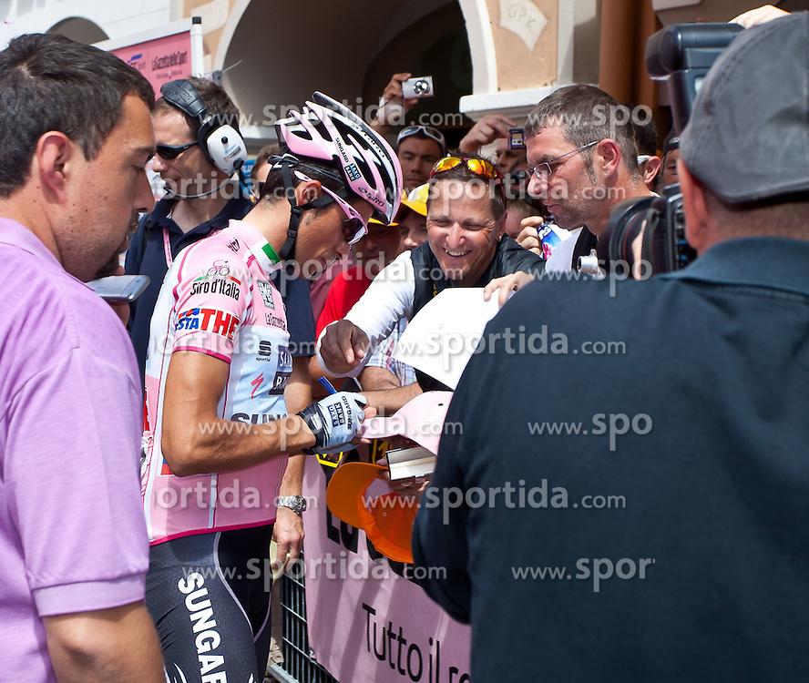 21.05.2011, Hauptplatz Lienz, AUT, Giro d´ Italia 2011, 14. Etappe, Lienz - Monte Zoncolan, im Bild begehrt bei Autogrammjäger und Fotografen der Gesamtführende Alberto Contador (ESP) Saxo Bank Sungard // during the Giro d´ Italia 2011, Stage 14, Lienz - Monte Zoncolan,Austria, 2011-05-21, EXPA Pictures © 2011, PhotoCredit: EXPA/ J. Feichter