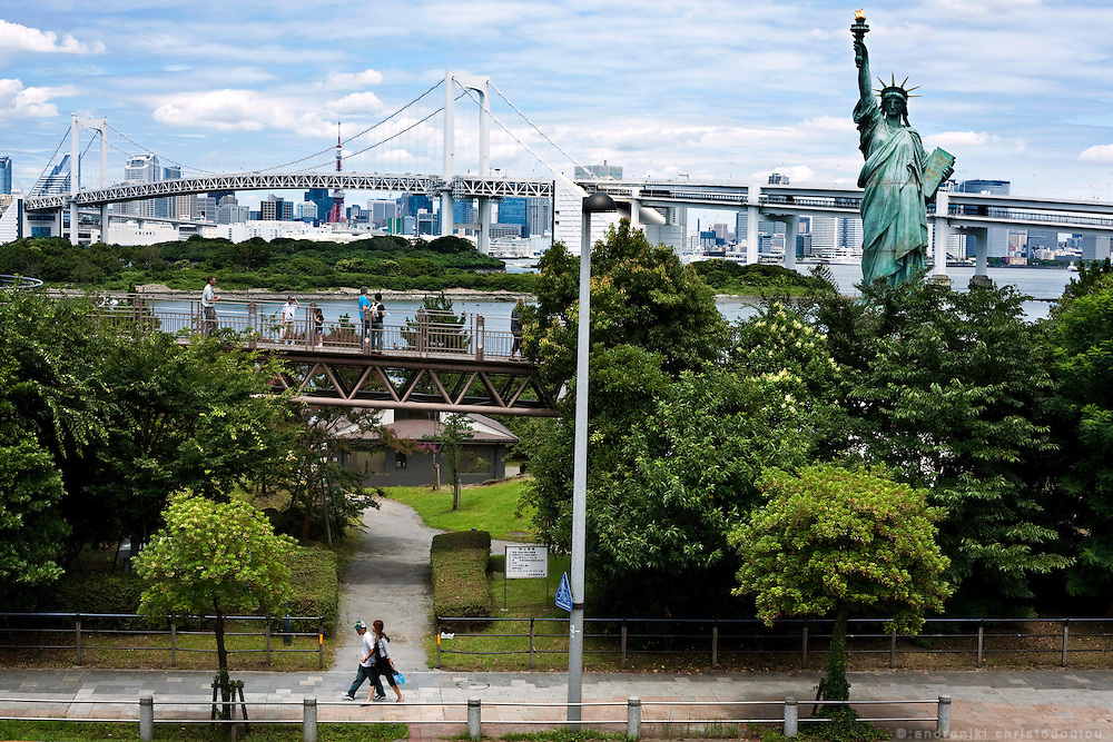 The statue of liberty and the Rainbow Bridge as they can be seen from Daiba.
