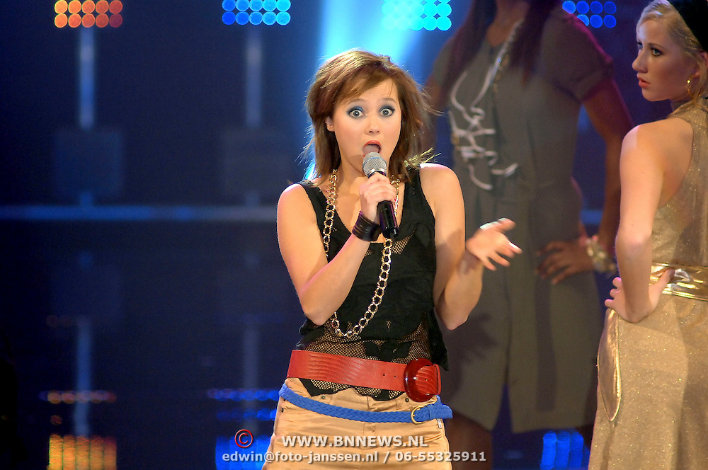 NLD/Hilversum/20070316 - 1e Live uitzending SBS So You Wannabe a Popstar, Monique van der Werff optreden