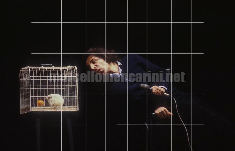 Italian singer and songwriter Giorgio Gaber performing (1982) / Il cantautore Giorgio Gaber durante un concerto (1982) - Marcello Mencarini