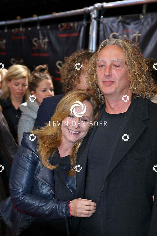 AMSTERDAM - De film Sint van regisseur Dick Maas gaat woensdag in het Muziektheater in Amsterdam in premiere. Met op de foto Angela Groothuizen met partner Rob Mooij. FOTO LEVIN DEN BOER - PERSFOTO.NU