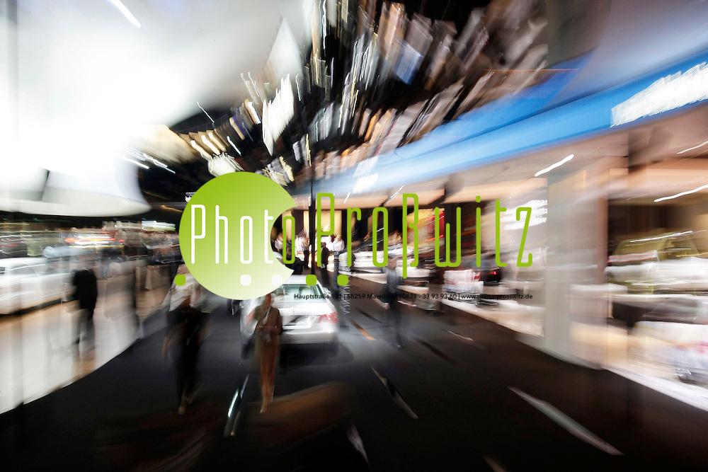Frankfurt. Smart Elektro.<br /> 781 Aussteller aus 30 L&permil;ndern - IAA er&circ;ffnet.<br /> &Ntilde;Diese 63. IAA PKW startet mit R&cedil;ckenwind. Wir sind selbst &cedil;berrascht, wie viele Neuheiten gerade in den letzten beiden Wochen noch zus&permil;tzlich gemeldet wurden. So hat sich die Zahl der Weltpremieren allein bei den Automobilherstellern seit Anfang September noch einmal um 22 Prozent auf exakt 100 Weltneuheiten erh&circ;ht. Davon entfallen auf deutsche Hersteller 55 Weltpremieren. Damit liegen wir bei der Zahl der Automobil-Weltpremieren sogar um 14 Prozent h&circ;her als bei der Rekord-IAA 2007&igrave;, betonte Matthias Wissmann, Pr&permil;sident des Verbandes der Automobilindustrie (VDA), am Montag anl&permil;sslich der IAA-Auftakt-Pressekonferenz des Verbandes. Der VDA ist Veranstalter der IAA. &Ntilde;Wenn trotz der weltweiten Finanz- und Wirtschaftskrise die Zahl der Weltpremieren deutlich zunimmt, ist das ein messbares Erfolgskriterium, auf das wir als Ausrichter der IAA durchaus stolz sein d&cedil;rfen. Die IAA hat erneut an Qualit&permil;t gewonnen&igrave;, unterstrich der VDA-Pr&permil;sident. Bemerkenswert sei auch die Innovationskraft der Zulieferindustrie, die auf der IAA 87 Weltpremieren pr&permil;sentiert; davon stammen 53 von deutschen Zulieferunternehmen.<br /> <br /> <br /> <br /> Bild: Markus Proflwitz / masterpress /  <br /> <br /> ++++ Archivbilder und weitere Motive finden Sie auch in unserem OnlineArchiv. www.masterpress.org oder &cedil;ber das Metropolregion Rhein-Neckar Bildportal   ++++ *** Local Caption *** masterpress Mannheim - Pressefotoagentur<br /> Markus Proflwitz<br /> C8, 12-13<br /> 68159 MANNHEIM<br /> +49 621 33 93 93 60<br /> info@masterpress.org<br /> Dresdner Bank<br /> BLZ 67080050 / KTO 0650687000<br /> DE221362249