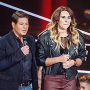 NLD/Hilversum/20160109 - 4de live uitzending The Voice of Holland 2015, presentator Martijn Krabbe en Melissa Jansen