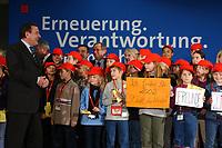 21 NOV 2001, NUERNBERG/GERMANY:<br /> Gerhard Schroeder, SPD Parteivorsitzender und Bundeskanzler, bekommt von 50 Kindern aus der Stadt Tirschenreuth ein Staendchen gesungen, SPD Bundesparteitag, Congress Centrum Nuernberg<br /> IMAGE: 20011119-01-033<br /> KEYWORDS: Parteitag, Nürnberg, Gerhard Schroeder, Kind, child