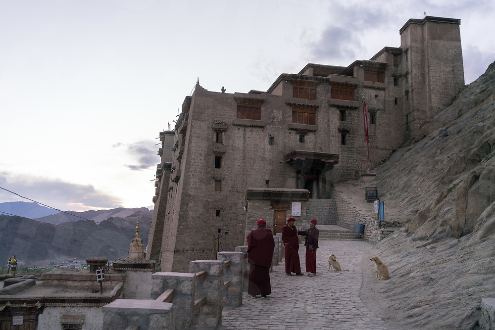 October 10 - 2016 - Leh, Ladakh (India). Monks chat outside the palace of Leh, Ladakh's capital. © Thomas Cristofoletti / Ruom
