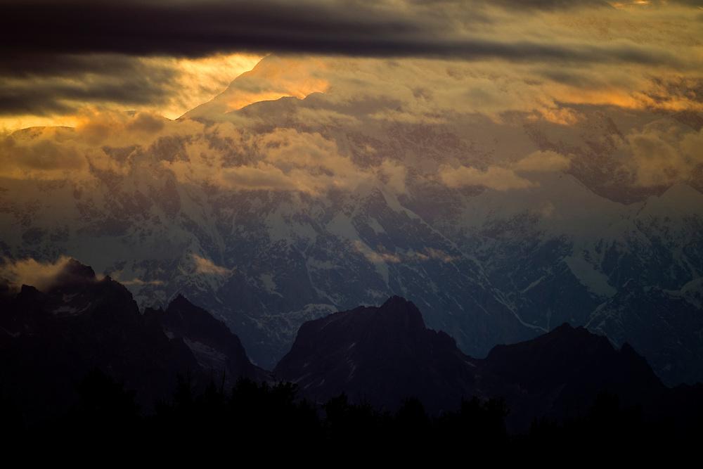 Alaska2010.-The sun sets over Denali National Park in Alaska.