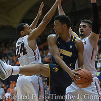 California's Ivan Rabb, center, is doubled teamed by Oregon State's Kendal Manuel, left, and Gligorije Rakocevic, right, during the first half of an NCAA college basketball game in Corvallis, Ore., Saturday, Jan. 21 2017. (AP Photo/Timothy J. Gonzalez)
