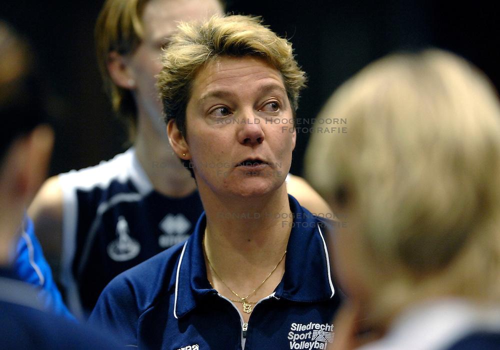 15-11-2007 VOLLEYBAL: DELA MARTINUS - SLIEDRECHT SPORT: AMSTELVEEN<br /> Martinus wint met 3-0 / Coach Saskia van Hintum<br /> &copy;2007-WWW.FOTOHOOGENDOORN.NL