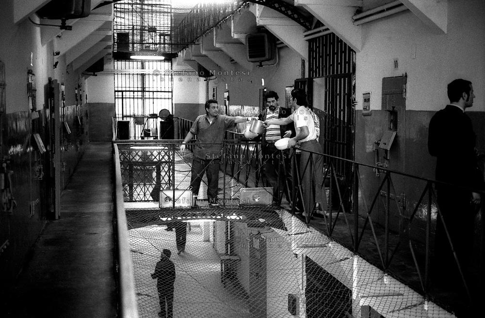 Roma 2000.Carcere di Regina Coeli  .La distribuzione del vitto. Regina Coeli (Queen of Heaven) Prison..The distribution of the food