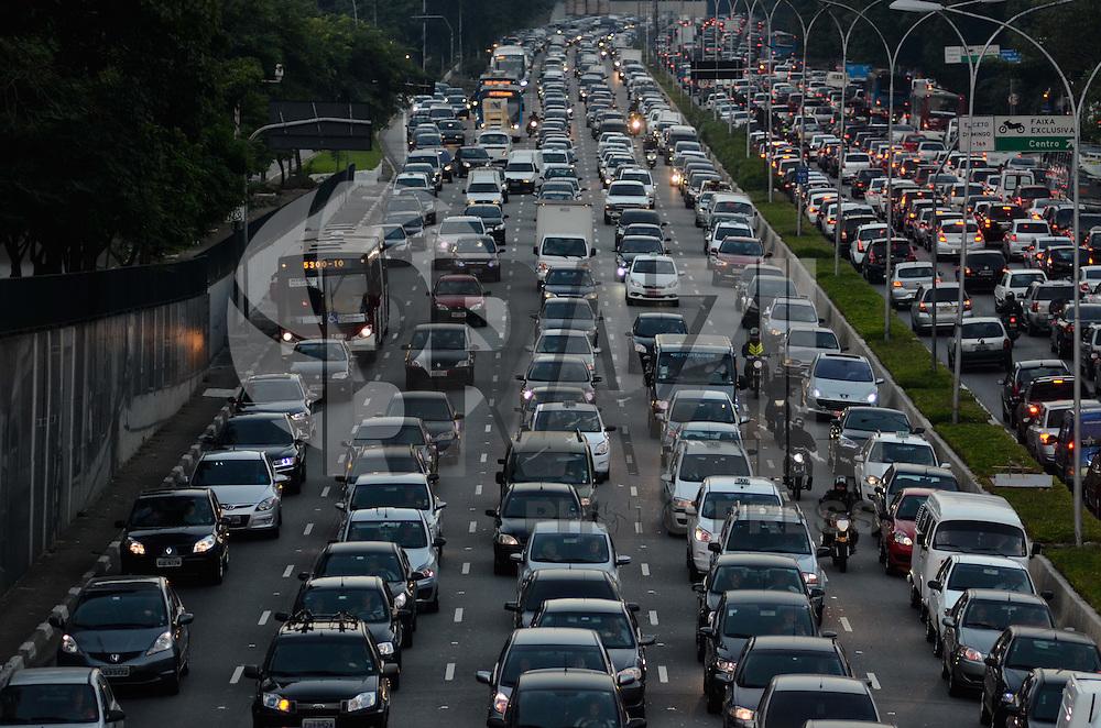 SAO PAULO, SP, 10 DE MAIO DE 2013 - TRANSITO SP: Trânsito na Av. 23 de Maio sentido bairro, próximo ao Parque do Ibirapuera, zona sul de São Paulo na tarde desta sexta feira (10). (FOTO: LEVI BIANCO / BRAZIL PHOTO PRESS).
