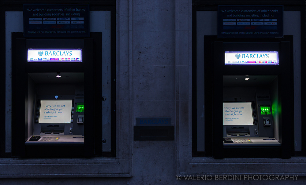 A broken cash machine advises customers it is not able to give cash.