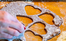THEMENBILD - eine Frau sticht Kekse aus dem Lebkuchenteig mit Herzform aus, aufgenommen am 03. Dezember 2017, Kaprun, Österreich // a woman pricks cookies out of gingerbread dough with heart shape on 2017/12/03, Kaprun, Austria. EXPA Pictures © 2017, PhotoCredit: EXPA/ JFK