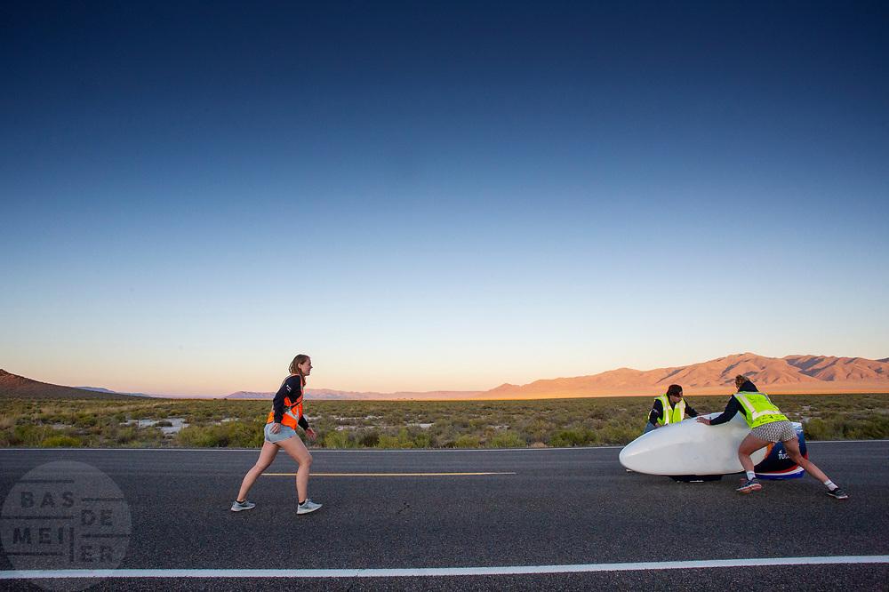 De avondruns van de vijfde racedag. Het Human Power Team Delft en Amsterdam, dat bestaat uit studenten van de TU Delft en de VU Amsterdam, is in Amerika om tijdens de World Human Powered Speed Challenge in Nevada een poging te doen het wereldrecord snelfietsen voor vrouwen te verbreken met de VeloX 9, een gestroomlijnde ligfiets. Op 10 september 2019 verbreekt het team met Rosa Bas het record met 122,12 km/u. De Canadees Todd Reichert is de snelste man met 144,17 km/h sinds 2016.<br /> <br /> With the VeloX 9, a special recumbent bike, the Human Power Team Delft and Amsterdam, consisting of students of the TU Delft and the VU Amsterdam, wants to set a new woman's world record cycling in September at the World Human Powered Speed Challenge in Nevada. On 10 September 2019 the team with Rosa Bas a new world record with 122,12 km/u.  The fastest man is Todd Reichert with 144,17 km/h.