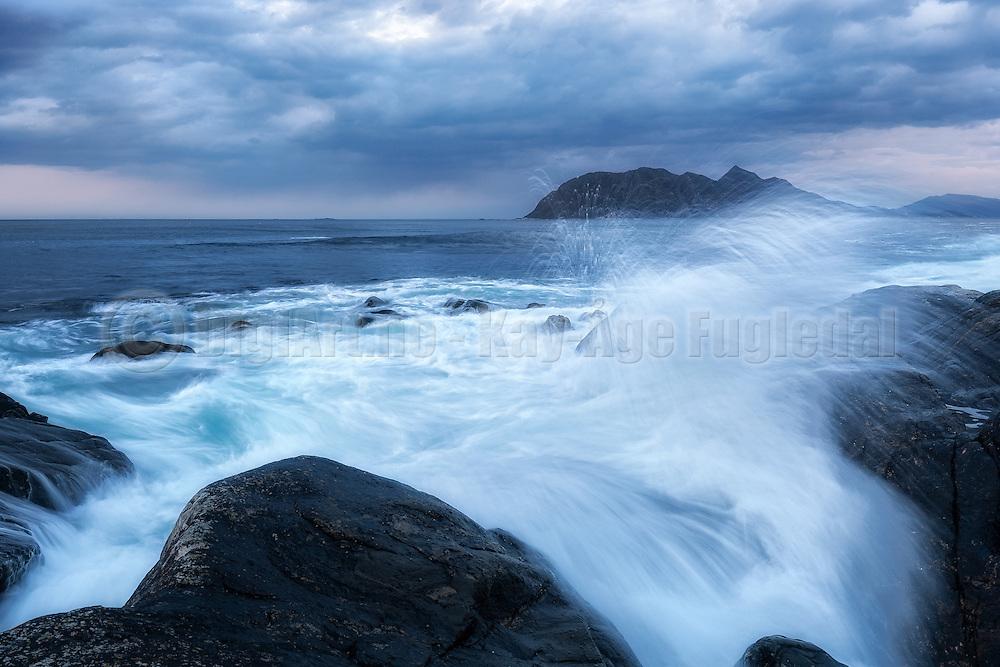 Wave refraction on west coast of Norway | Bølgebrytning på Flø, med Godøya i bakgrunnen.