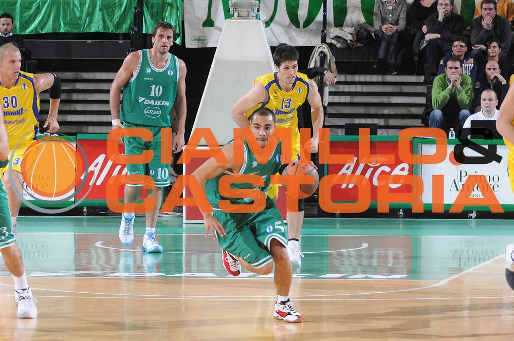DESCRIZIONE : Treviso Uleb Cup 2008-09 Benetton Treviso Bc Khimki Moscow Region<br /> GIOCATORE : Dashaun Wood<br /> SQUADRA : Benetton Treviso<br /> EVENTO : Uleb 2008-2009<br /> GARA : Benetton Treviso Bc Khimki Moscow Region<br /> DATA : 02/12/2008<br /> CATEGORIA : Palleggio<br /> SPORT : Pallacanestro<br /> AUTORE : Agenzia Ciamillo-Castoria/M.Gregolin