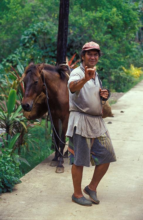 Gutgelaunter, einheimischer Mann mit Ochse, Hiva Oa, Französisch Polynesien * Good tempered, native man with ox, Hiva Oa, French Polynesia
