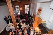 """Remise par l'Ordre des Architectes du Québec OAQ de la plaque honorifique pour le prix d'excellence en architecture PEA 2009 """"Aménagement intérieur (résidentiel)"""" pour """"Lignes aériennes"""" réalisé par les architectes Justin Duchesneau et Laurent McComber. -   / Montreal / Canada / 2009-10-09, Marc Gibert/ adecom.ca"""