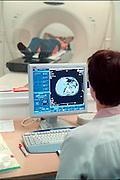 Nederland, Nijmegen,21-8-2002..Een laborant/verpleegkundige maakt een ct-scan. Techniek en gezondheidszorg. hersenonderzoek. universitair ziekenhuis. automatisering, radiotherapie..Foto: Flip Franssen