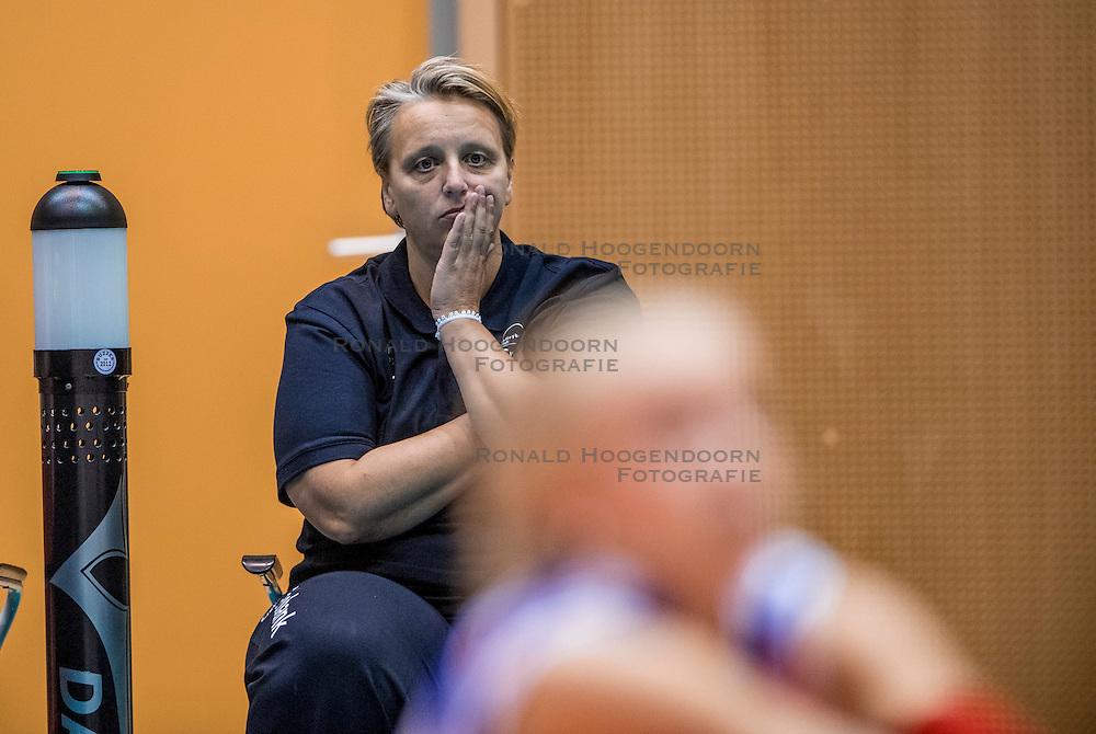 02-10-2016 NED: Supercup VC Sneek - Eurosped, Doetinchem<br /> Eurosped wint de Supercup door Sneek met 3-0 te verslaan / Coach Petra Groenland of Sneek