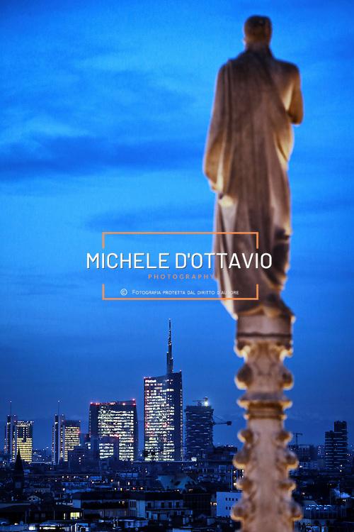 Skyline di Milano nel 2014 fotografato dalla terrazza del Duomo al calar della sera.