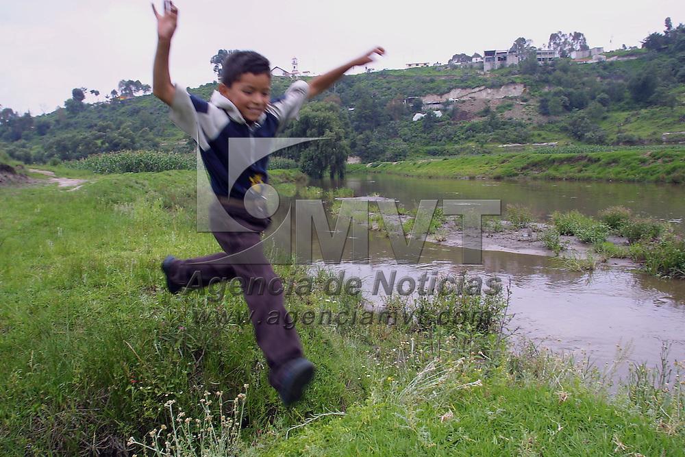 Ixtlahuaca, M&eacute;x.- Un ni&ntilde;o de la cominidad de Toxico juega a un costado del rio Lerma que ha aumentado su cause por las intensas lluvias en el Valle de Toluca. Agencia MVT / Mario V&aacute;zquez de la Torre. (DIGITAL)<br /> <br /> NO ARCHIVAR - NO ARCHIVE