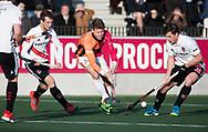 AMSTELVEEN - Joep de Mol (Oranje-Rood) met rechts Fergus Kavanagh (A'dam)  en links Nicki Leijs (A'dam)  tijdens de hoofdklasse hockeywedstrijd AMSTERDAM-ORANJE ROOD (4-5). COPYRIGHT KOEN SUYK