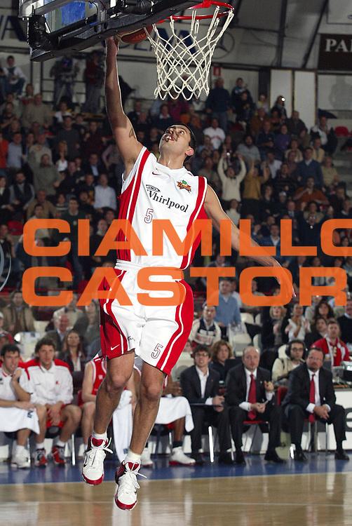 DESCRIZIONE : Varese Lega A1 2005-06 Whirlpool Varese Bipop Carire Reggio Emilia<br />GIOCATORE : Farabello<br />SQUADRA : Whirlpool Varese<br />EVENTO : Campionato Lega A1 2005-2006<br />GARA : Whirlpool Varese Bipop Carire Reggio Emilia<br />DATA : 03/12/2005<br />CATEGORIA : Tiro<br />SPORT : Pallacanestro<br />AUTORE : Agenzia Ciamillo-Castoria/S.Ceretti