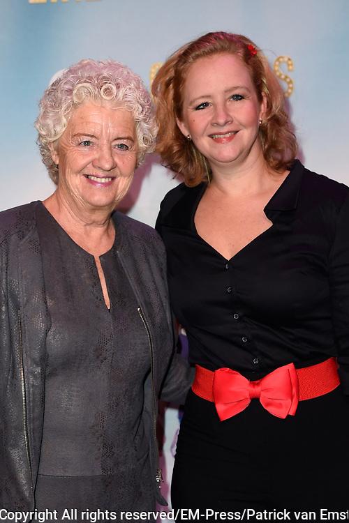 Premiere van A Chorus Line in het Zaantheater te Zaandam.<br /> <br /> Op de foto:  Hilke Bierman me haar moeder t